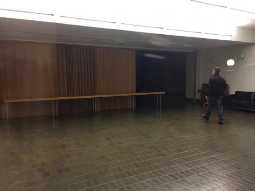 letzte Schritte durch den aufgeräumten Saal